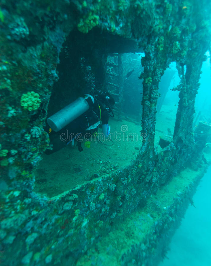 Download Naufrage Et Plongeur Autonome, Maldives Image stock - Image du homme, plongeur: 77157343