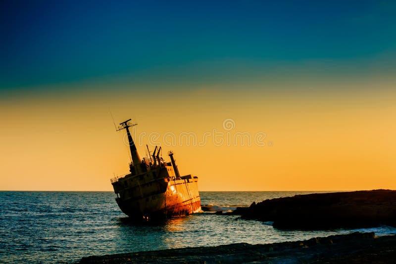 Naufrage près de Paphos Chypre Naufrage au coucher du soleil La soirée a tiré un beau jour dans Paphos photographie stock