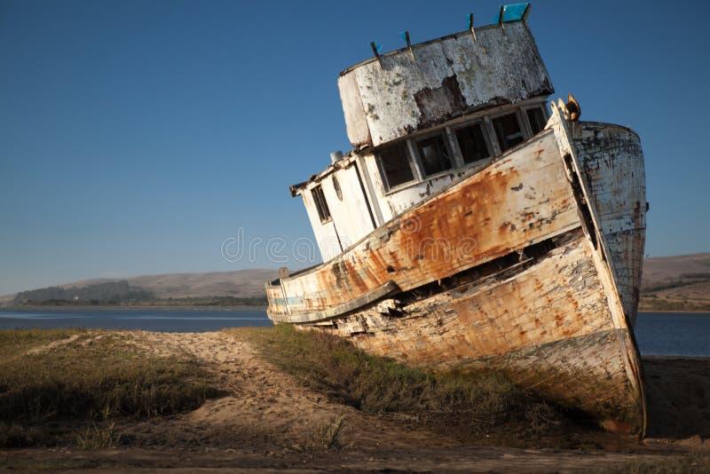 Naufragio Barca di legno abbandonata immagini stock libere da diritti