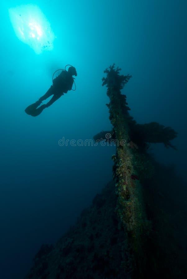 Naufragio d'esplorazione femminile della nave dell'operatore subacqueo di scuba immagine stock libera da diritti