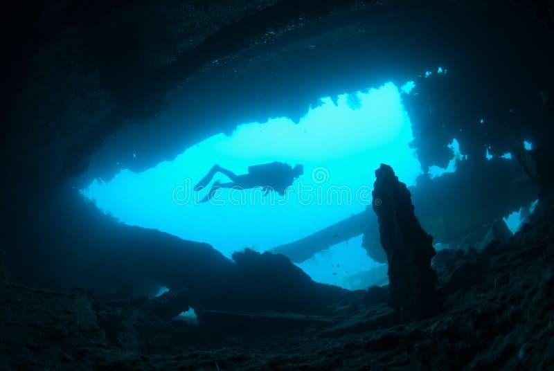 Naufragio d'esplorazione femminile della nave dell'operatore subacqueo di scuba immagine stock