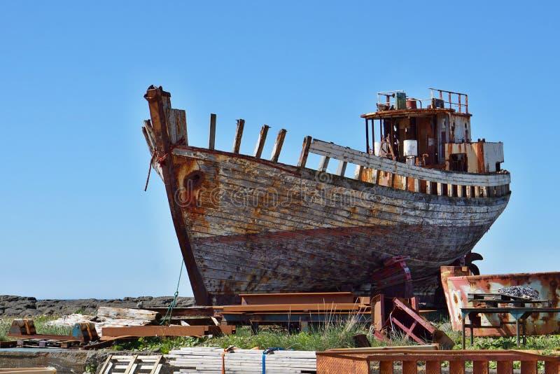 Naufragio de madera y del metal oxidado en la dique seco islandesa en la ciudad de Akranes como símbolo de la corrosión y del dec fotos de archivo