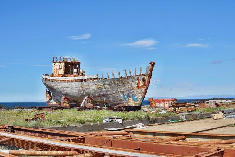 Naufragio de madera y del metal oxidado en la dique seco islandesa en la ciudad de Akranes como símbolo de la corrosión y del dec imagenes de archivo