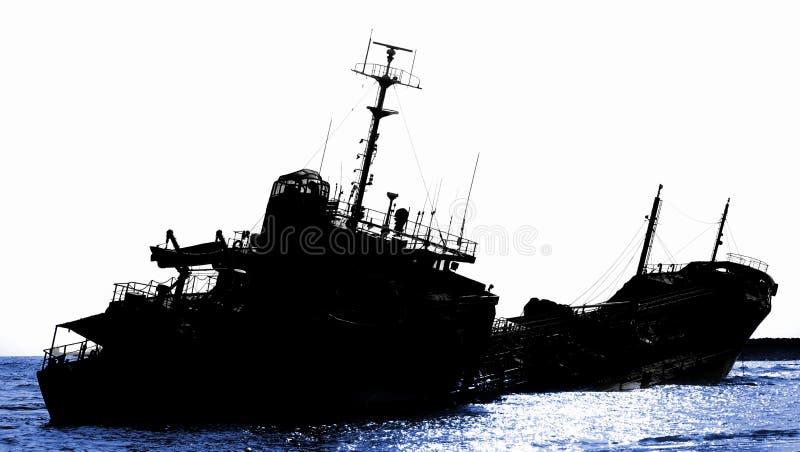 Naufragio de un petrolero diesel varado en silueta imagen de archivo libre de regalías