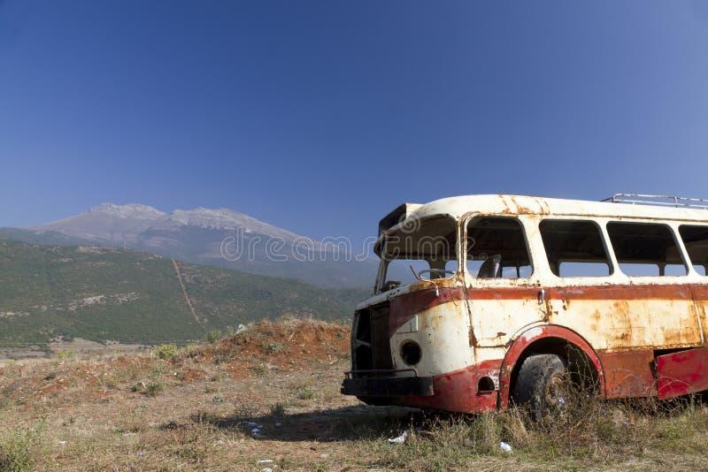 Naufragio del bus nel paesaggio arido fotografie stock libere da diritti
