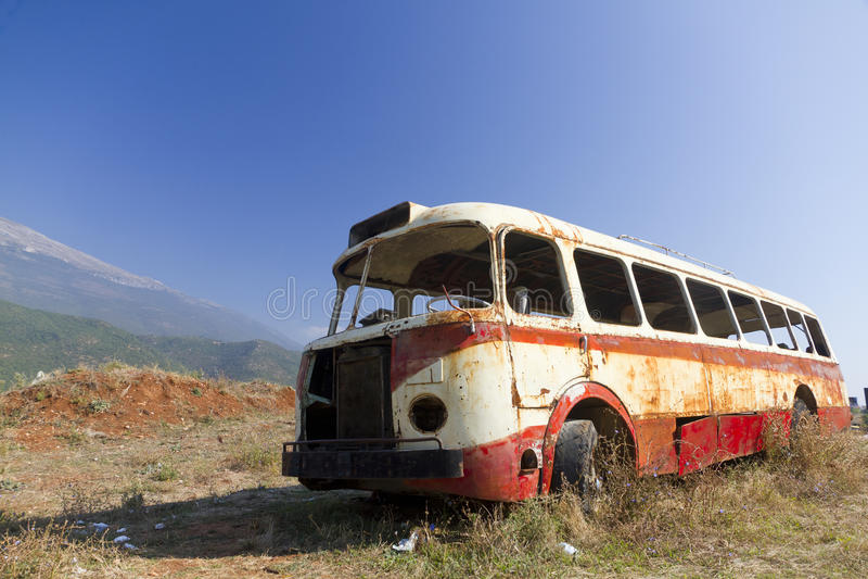 Naufragio del bus nel paesaggio arido immagine stock libera da diritti