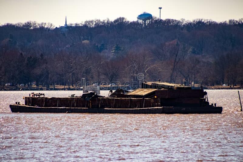 Naufragio marined abbandonato e distrutto nel fiume Potomac immagini stock libere da diritti