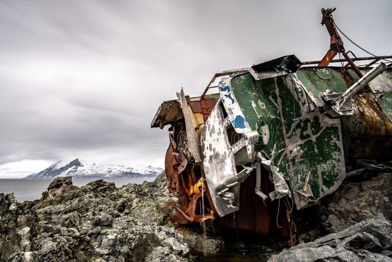 Naufragio sulla costa norvegese immagine stock libera da diritti