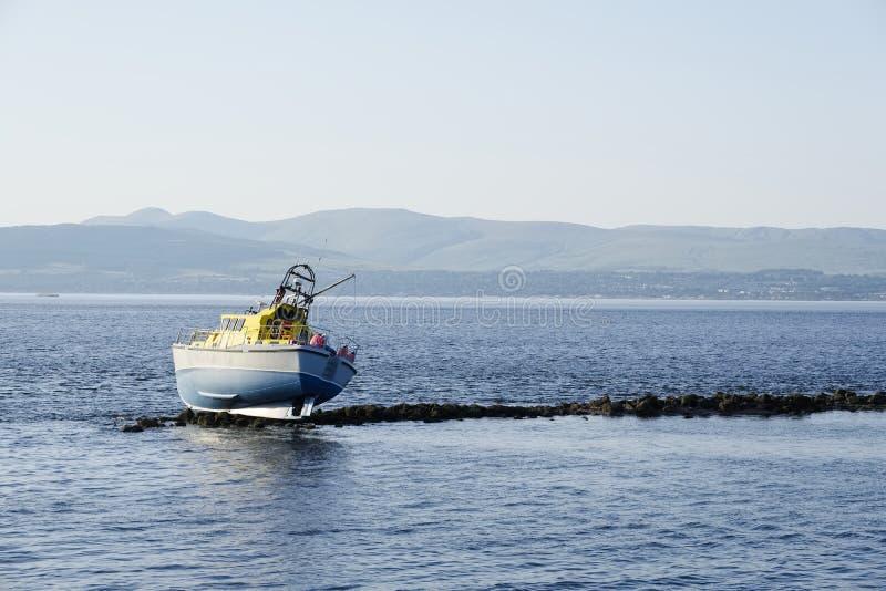Naufrague el barco de la nave abandonado en rocas en la isla deshabitada de la área remota del agua de la costa de mar fotos de archivo libres de regalías