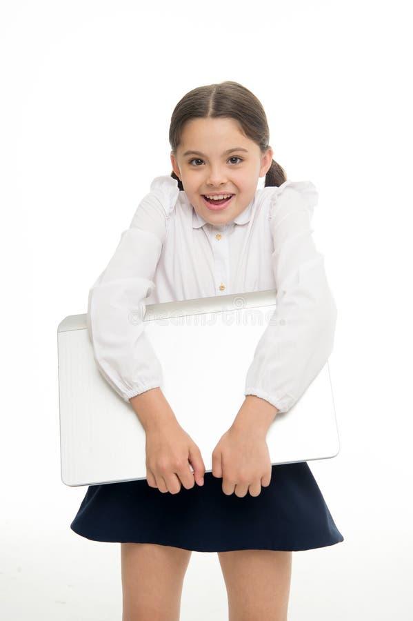 Nauk technologie cyfrowe Dziecko niesie laptop dla lekci Cyfrowego wyposażenia pojęcie Edukacja i technologia cyfrowa zdjęcie royalty free