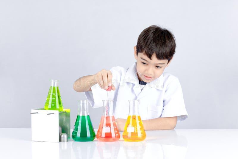 Nauka chemiczny eksperyment dla dzieciaka zdjęcia stock