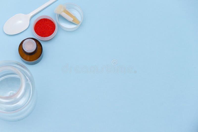 Nauka eksperymentuje, chemii laboratorium stół z chemiczni odczynniki, odbitkowy spase, odgórny widok obrazy stock