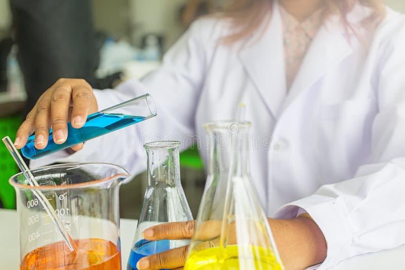Nauka eksperymenty chemicy ma dyskusję w lab Nauki pomocniczy działanie w chemicznym lab fotografia stock
