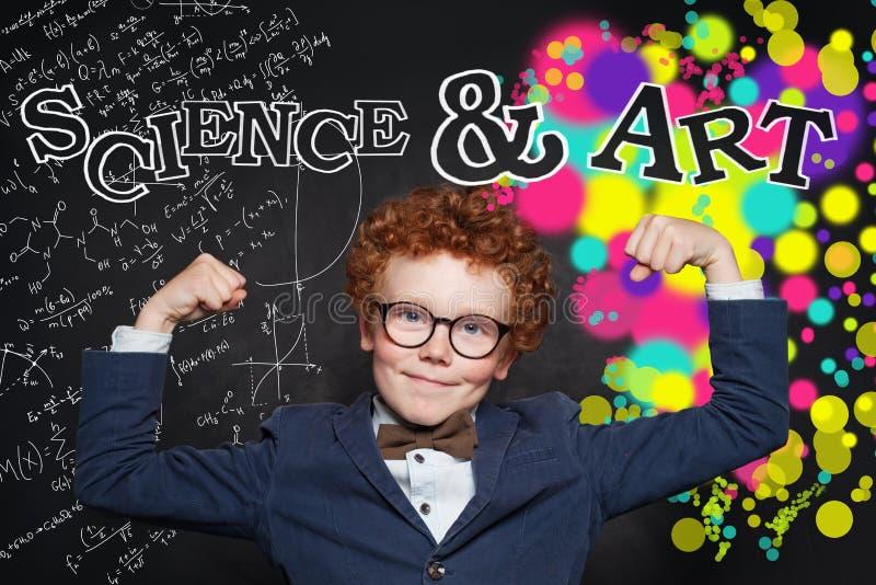 Nauka i sztuki władza Twórczości edukacja i brainstorming pojęcie Szczęśliwa mądrze chłopiec na blackboard obraz stock