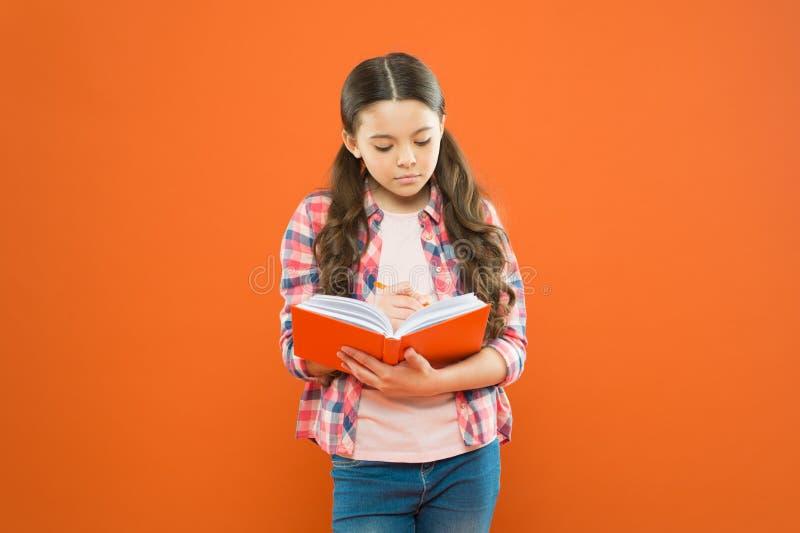 Nauka j?zyk Dziewczyna ?liczna pisze puszka pomys?u notatkach Notatki pami?ta? Pisze eseju lub notatkach ?wiczy? pisa? workbook zdjęcie royalty free