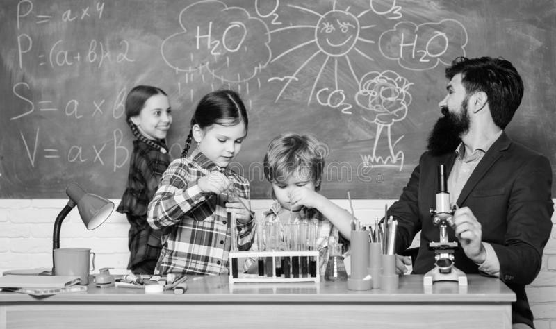 Nauka jest zawsze rozwi?zaniem Obserwuje reakcj? Szkolny chemia eksperyment Fascynuj?ca chemii lekcja M??czyzna brodaty zdjęcie stock