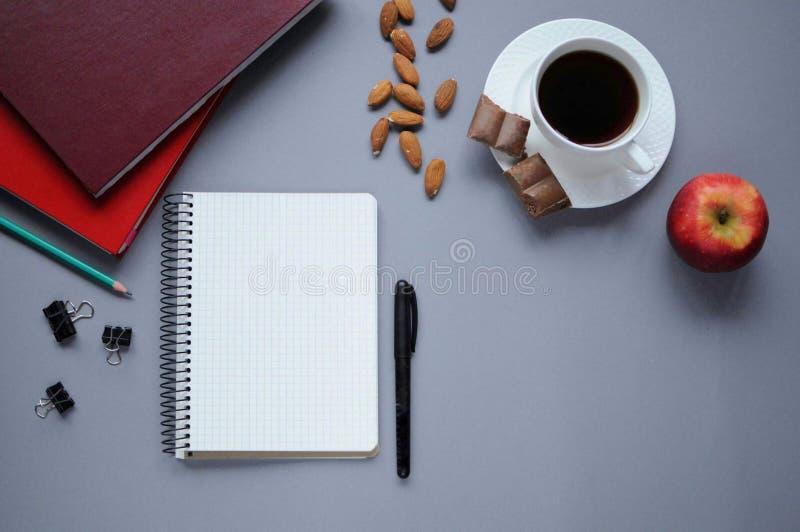 Nauka materiał Edukaci tło Materiały, aspekty edukacja Jedzenie dla mózg Markier, notatnik, książki, jabłko, kawa, al obrazy stock