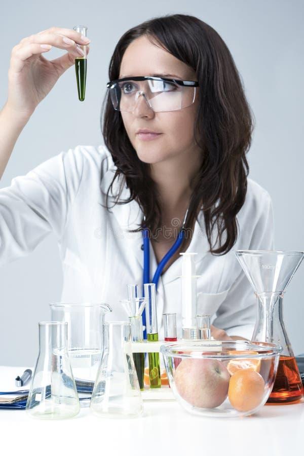 Nauki i medycyny pojęcia Portret Żeńskiego Lab Pięcioliniowy Rozdawać Z kolbami i substancjami w laboratorium zdjęcie stock