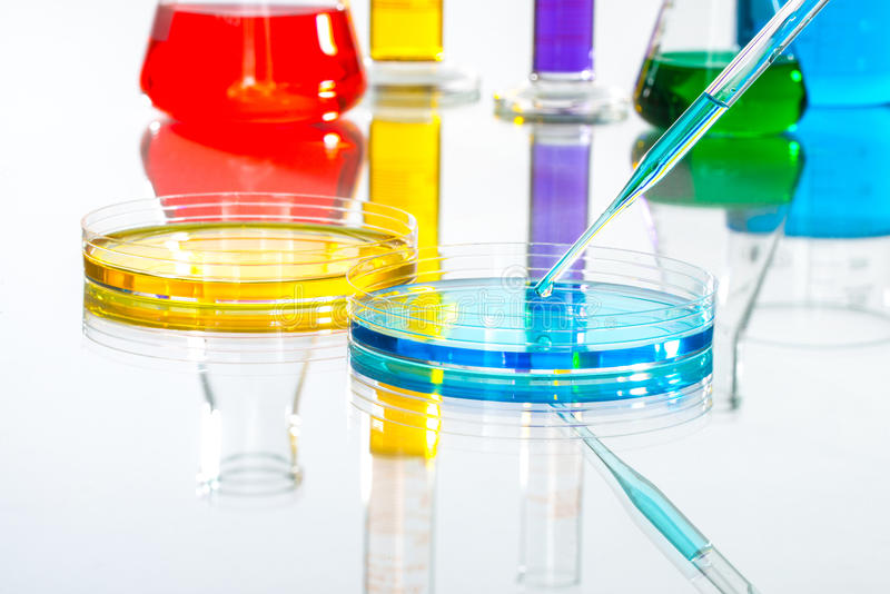 Nauki Laboranckiego glassware pipety kropla, odbijający bielu plecy fotografia royalty free