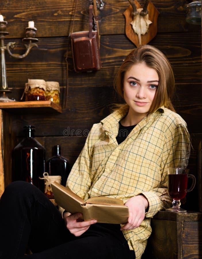 Nauki pojęcie Dziewczyna ucznia nauka z książką w domu gajowy Dama na spokojnej twarzy w szkockiej kracie odziewa spojrzenia ślic obrazy royalty free