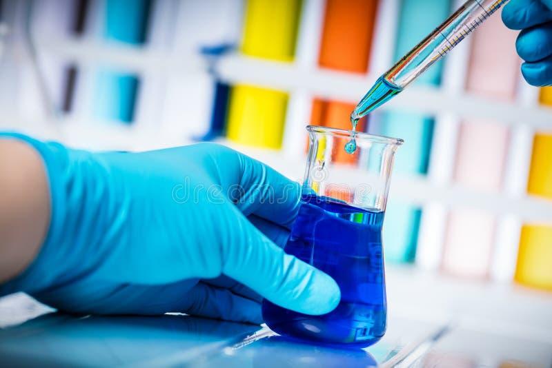 Naukowów wp8lywy próbka chemiczny ciecz obrazy royalty free