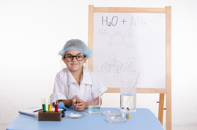 Naukowa chemik przy stołem w laboratorium zdjęcie stock
