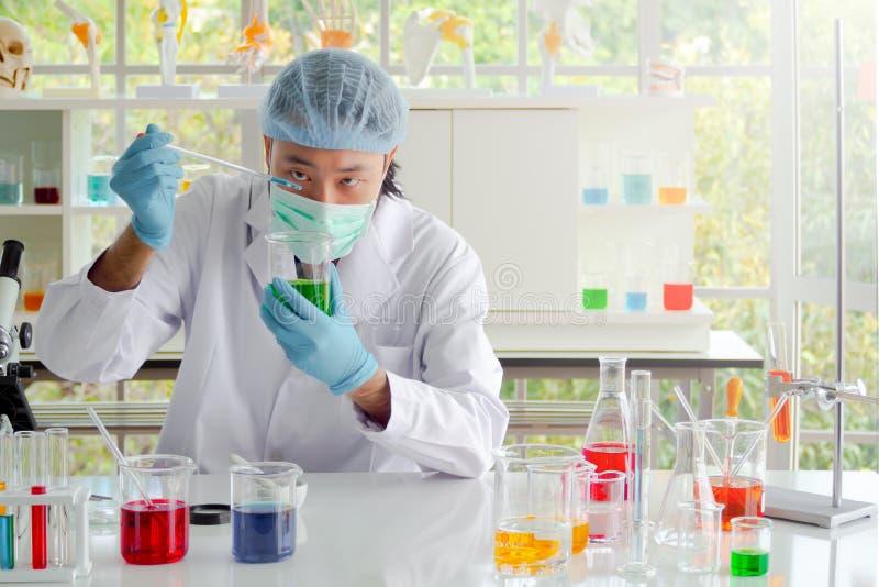 Naukowa zrzutu ciekła substancja zlewka zdjęcia stock