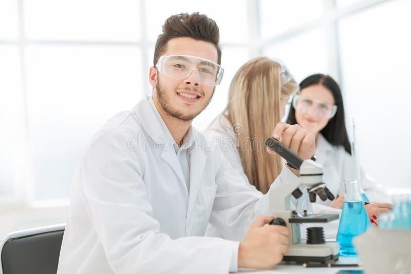 Naukowiec biolożki siedzi przy laboratorium stołem fotografia stock