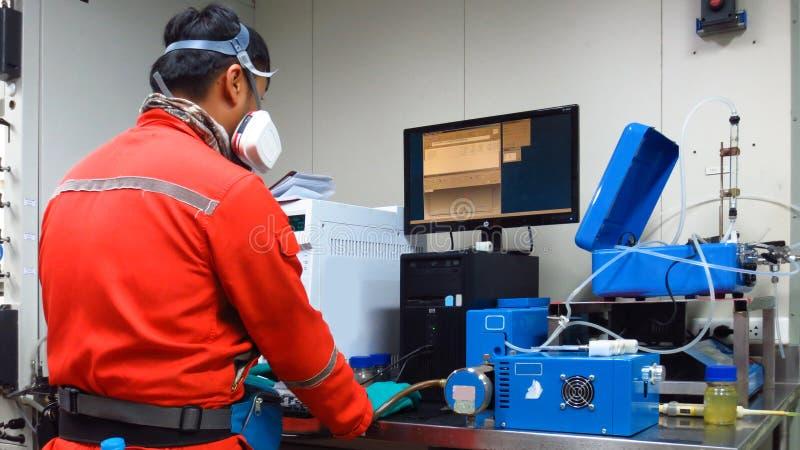 Naukowiec jest probierczym kondensatem i gaz naturalny dla analizuje benzynowego skład i rtęć fotografia royalty free