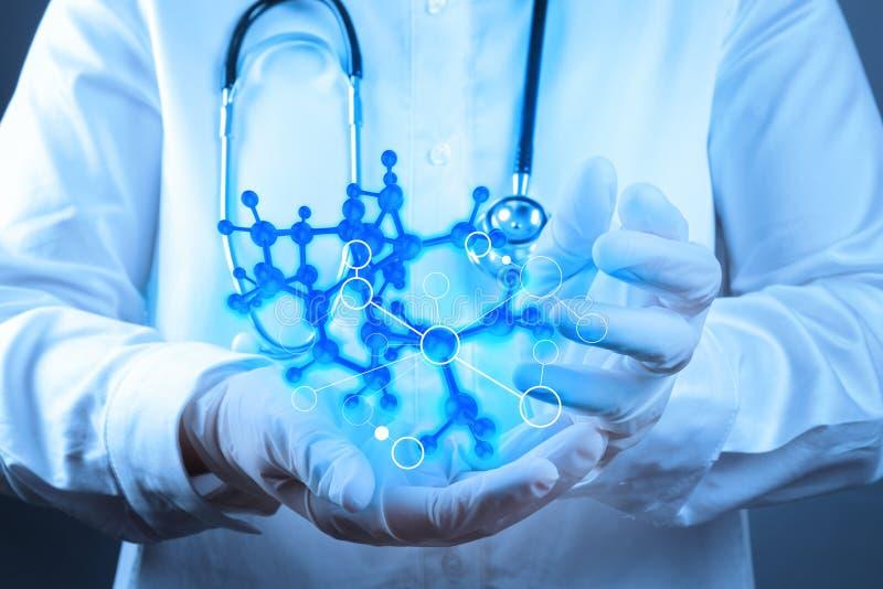 Naukowiec lekarki ręki dotyka wirtualna cząsteczkowa struktura zdjęcie stock
