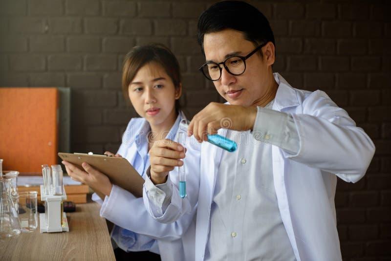 Naukowiec próbna ciekła substancja w lab zdjęcia royalty free