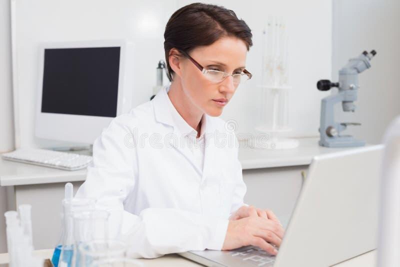 Naukowiec pracuje attentively z laptopem zdjęcia royalty free