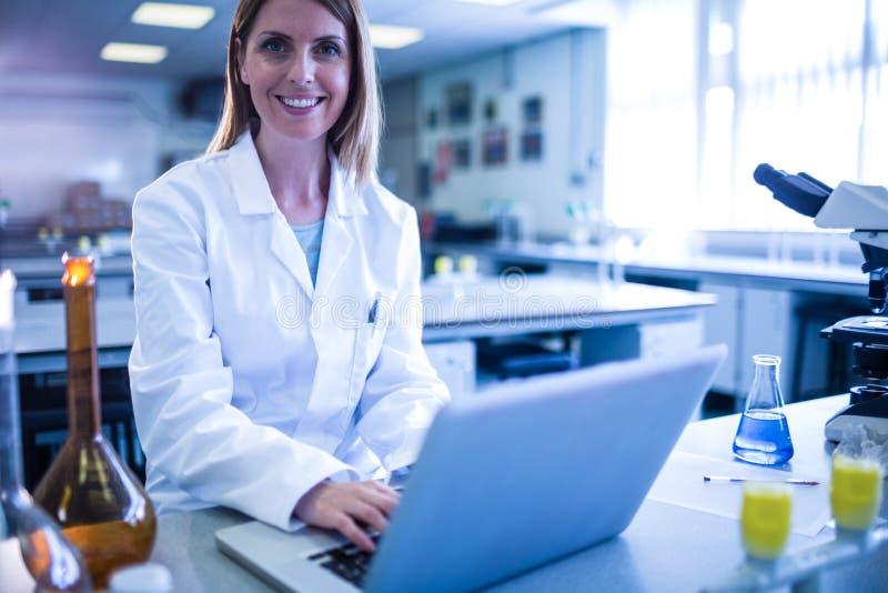Naukowiec pracuje z laptopem w laboratorium fotografia royalty free