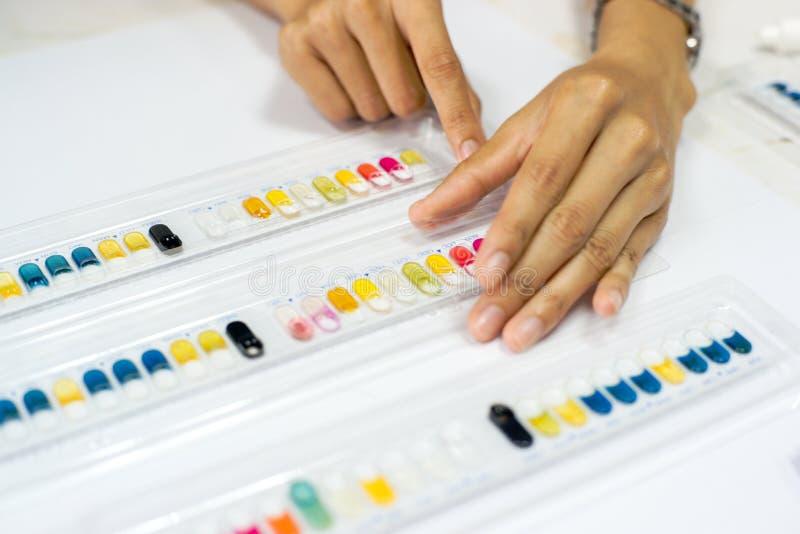 Naukowiec przy praca sprzętem medycznym Biochemia test obrazy stock