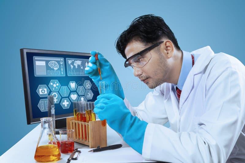 Naukowiec sprawdza chemiczną reakcję fotografia stock