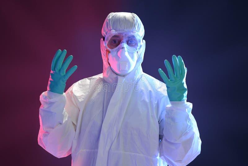 Naukowiec w pełnym ochronnym hazmat kostiumu fotografia royalty free