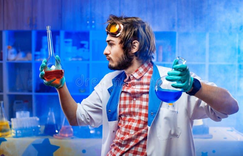 Naukowiec z kolbami w lab obrazy stock