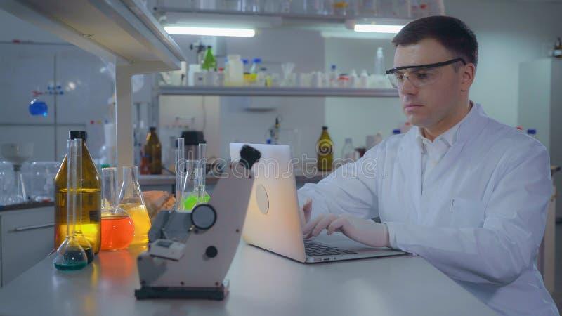 Naukowowie lub lekarka przy pracującym miejscem zdjęcie stock