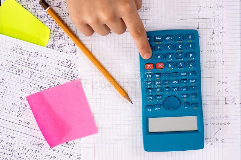 Naukowy kalkulator w akcji rękach Podczas Matematycznie lekcji zdjęcia royalty free