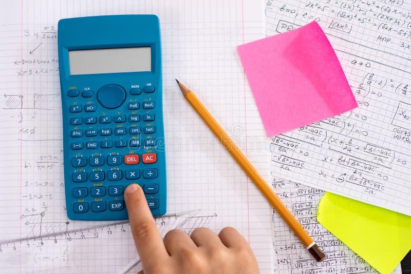 Naukowy kalkulator w akcji r?kach Podczas Matematycznie lekcji obraz stock