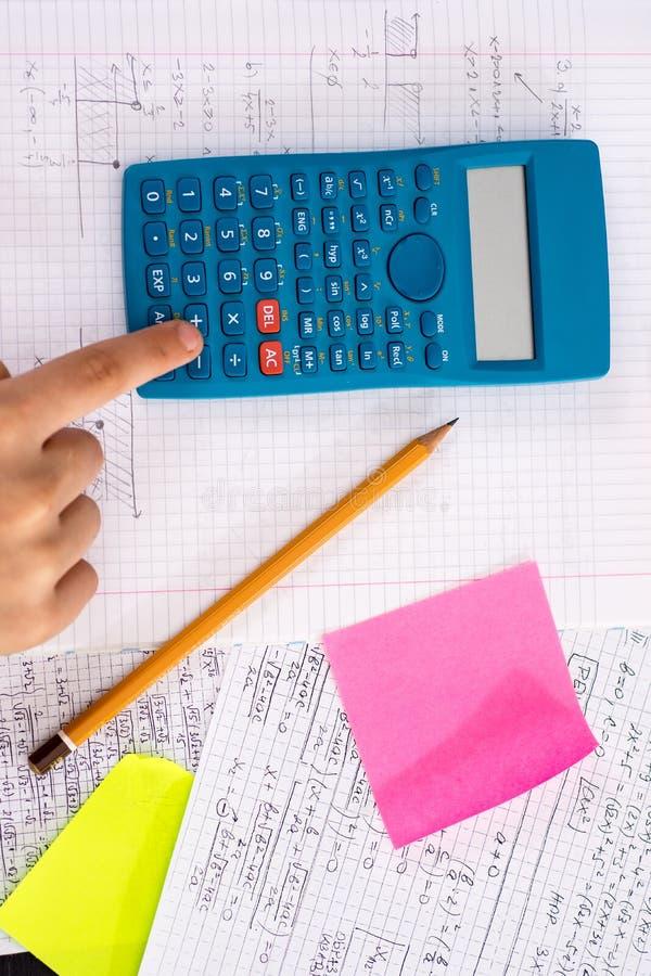 Naukowy kalkulator w akcji r?kach Podczas Matematycznie lekcji obrazy stock