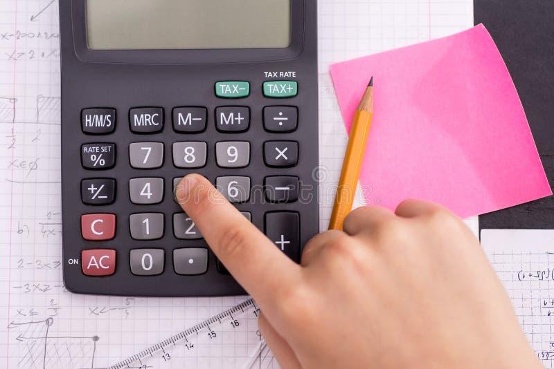 Naukowy kalkulator w akcji r?kach Podczas Matematycznie lekcji zdjęcie royalty free
