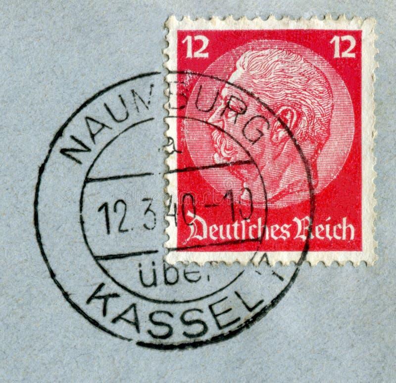 Naumburg, Kassel, Alemania - 12 de marzo de 1940: Sello histórico alemán: Paul von Hindenburg en un sobre postal azul con tinta n foto de archivo