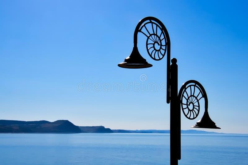 Nautiluslampen tegen de Jurakustlijn stock afbeelding