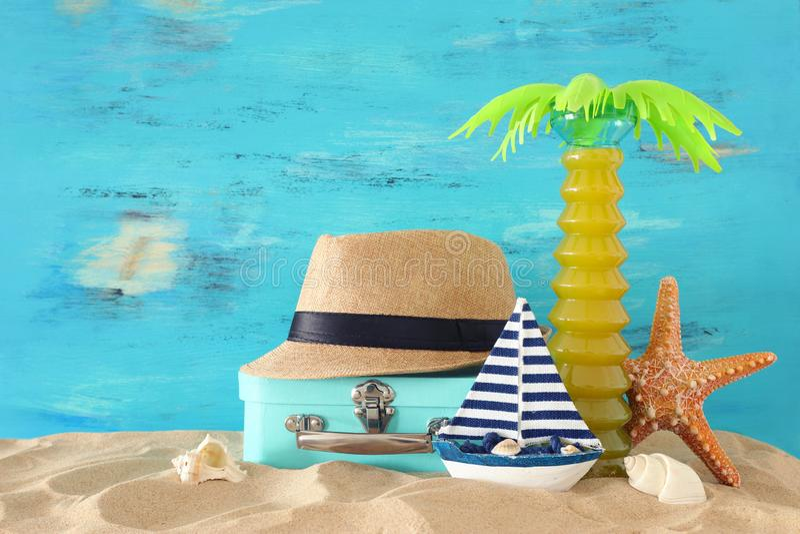 Nautique, vacances et image de voyage avec des objets de style de vie marine dans le sable de plage photographie stock