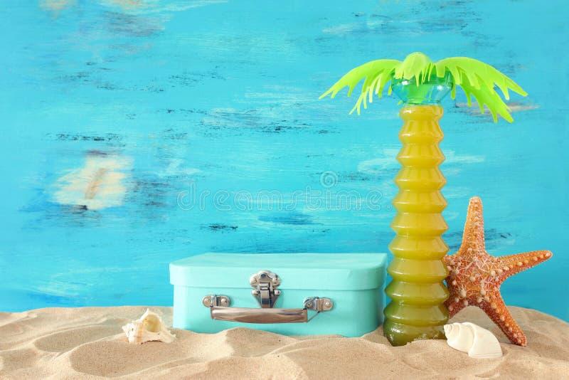 Nautisch, Ferien und Reisebild mit Seelebensstilsgegenständen im Strandsand lizenzfreies stockfoto