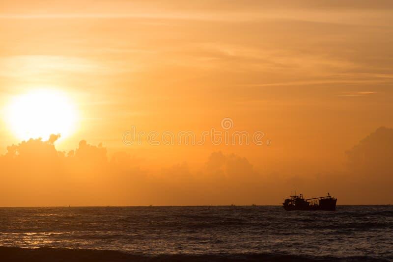 Nautisk fiskebåt i havet med härlig himmelsoluppgång fotografering för bildbyråer