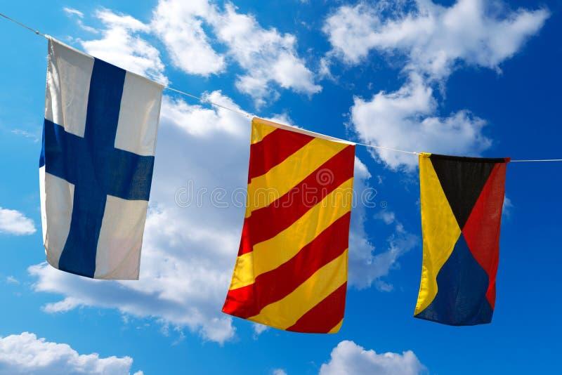 Nautiska flaggor på en blå himmel (XYZ) arkivfoto