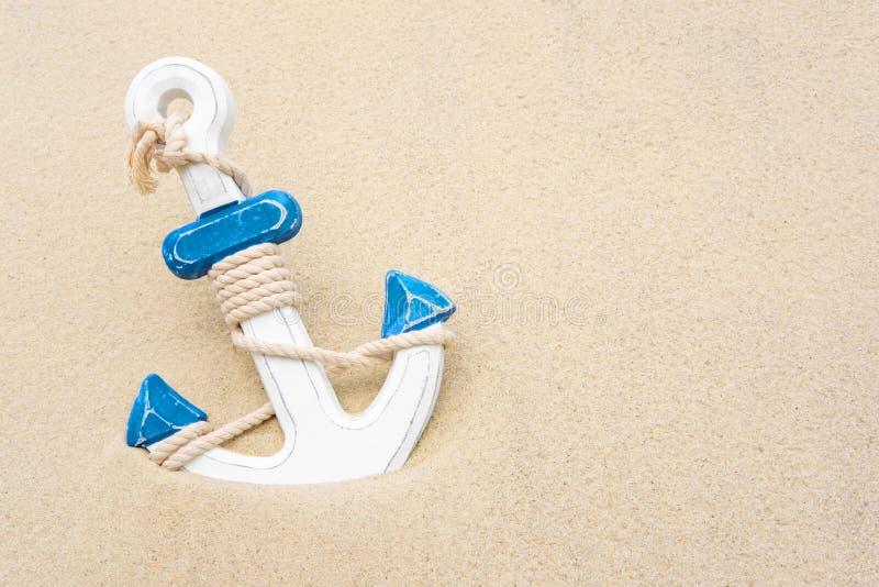 Nautyczny t?o z kotwic? Kotwica w piasku Rama dla sztandaru teksta od piaska z kotwicą zdjęcia stock
