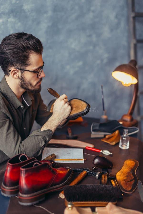 Nauwkeurig het werk proces in de schoenwinkel stock foto